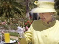 Елизавета II каждый день употребляет алкогольные напитки