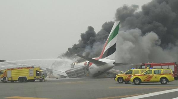 В аэропорту Дубая взорвался пассажирский самолет (видео)