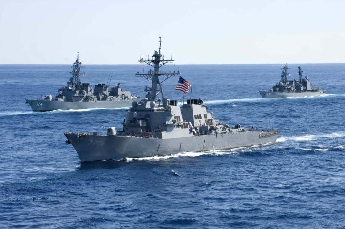 Эсминец ВМС США столкнулся с торговым судном: 5 моряков ранены, 10 пропали без вести