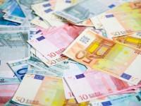 В России рубль совершает крутое пике – на Московской бирже евро перевалило за 58 рублей