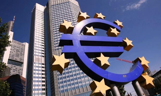 На фоне основных мировых валют евро показывает наихудшие результаты