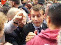Протесты во Франции: министра экономики Макрона закидали яйцами и овощами (видео)