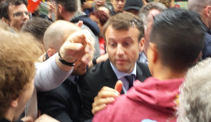 Протесты во Франции: министра экономики Макрона закидали яйцами и овощами