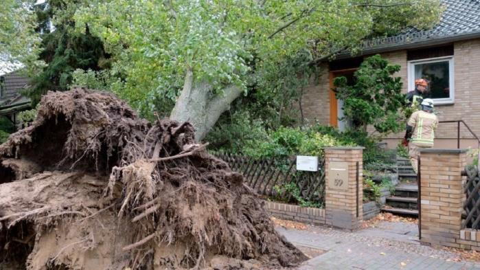 """Францию атакует ураган """"Кармен"""": в 37 департаментах объявлен """"оранжевый"""" уровень опасности"""
