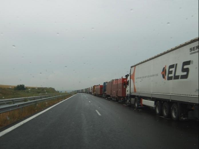 Более 350 фур с турецкими товарами остановлены на границе с Россией