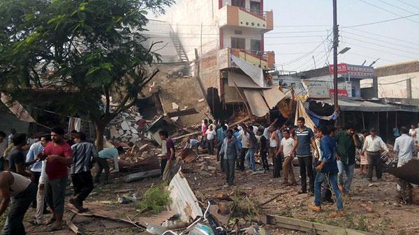 В результате взрывов в индийском ресторане погибли 89 человек (фото)