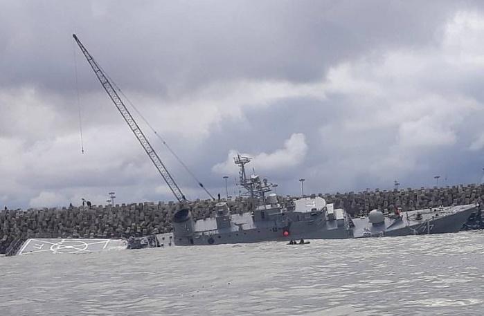Иранский военный корабль переломился на две части