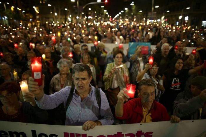 Испания: сотни тысяч свечей на улицах Барселоны зажгли протестующие