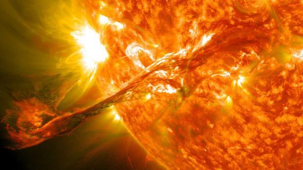 Из-замощной вспышки на Солнце к Земле идет огромная масса энергии