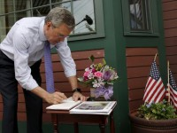 Potential 2016 Republican presidential candidate and former Florida Governor Jeb Bush signs a guest book before speaking to the Greater Salem Chamber of Commerce in Salem, New Hampshire May 21, 2015.    REUTERS/Brian Snyder