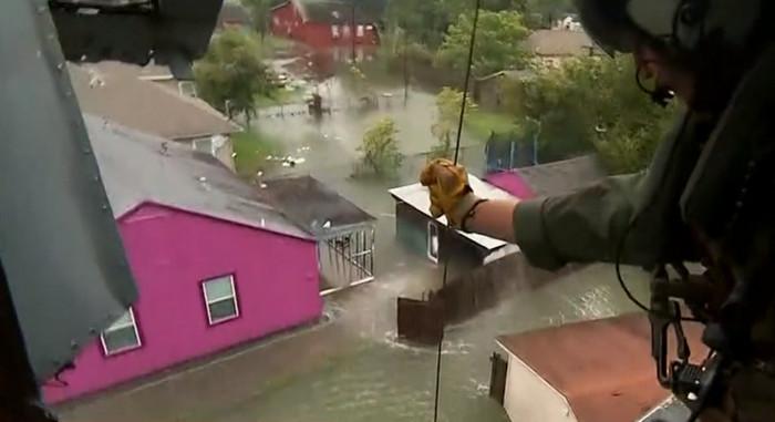 К спасательной операции в Техасе присоединились военные корабли и авиация