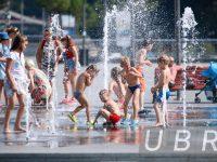 Как украинцы борются с аномальной жарой: самые яркие фотографии