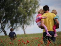 Какую фамилию дают новорожденному ребенку по закону в Украине?