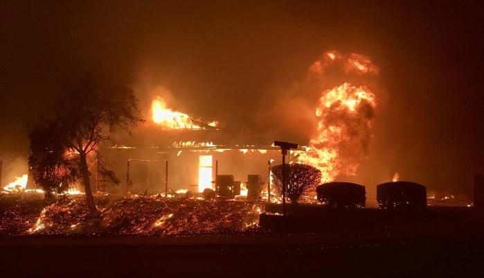"""Калифорнию атакует пожар """"Томас"""": за сутки огонь уничтожил 125 км² лесов"""