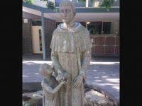 Католическая школа в Австралии скрыла статую, наводящую на двусмысленные размышления
