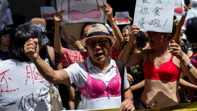 Китайцы нарядились в лифчики в знак протеста против полицейского произвола