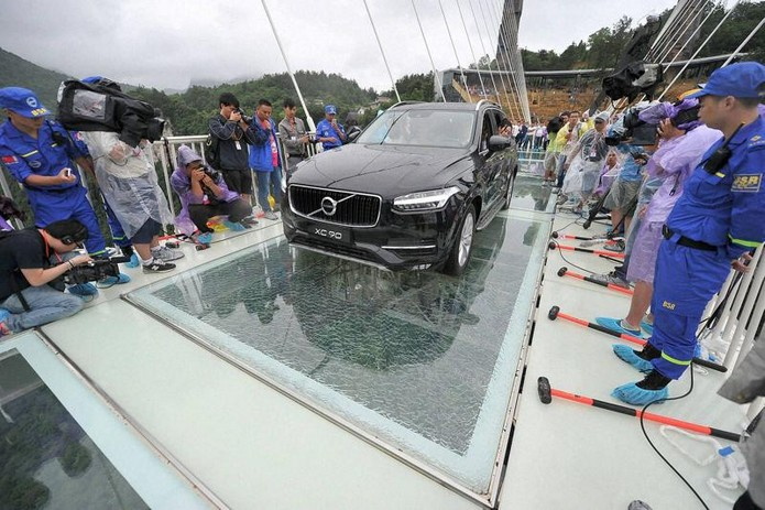 Китайцы построили самый длинный в мире стеклянный мост (фото)
