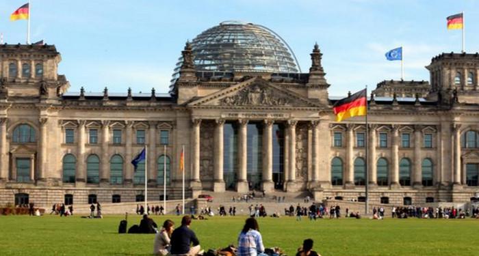 """Китайские туристы были арестованы за """"гитлеровское приветствие"""" у здания Рейхстага"""
