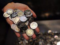 Латвийский банк выпустил полупрозрачную монету с Землей