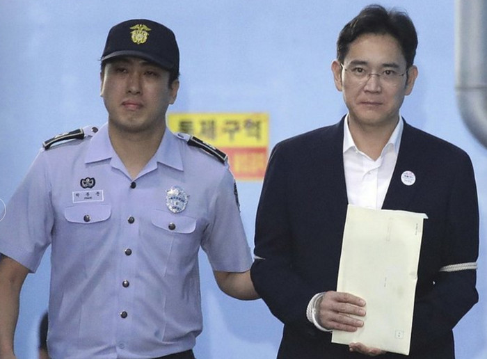 Лидер Samsung получил пятилетний тюремный срок за взяточничество