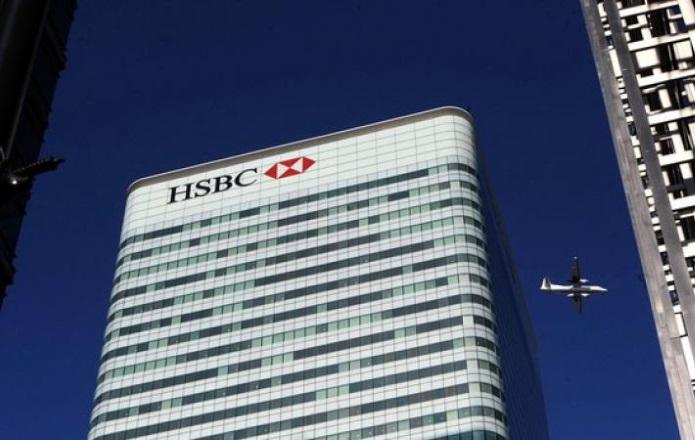 24 июня 2016, fdlx.com / По данным Би-би-Си будут переведены  в ЕС топ-менеджеры банков, а также сотрудники, отвечающие за инвестиции и евроклиринг. Банкиры официально отрицают такую возможность, но «вне камер» подтверждают готовность переезда части финансовых учреждений в Европу. Например, банк Morgan Stanley отрицает сообщения о том, что готов начать процесс перевода 2 тысяч работников своего инвестиционного подразделения из Лондона в Дублин или Франкфурт. Источники Би-Би-Си утверждают обратное. Банки теперь ожидают спада в британской экономике, а также роста политических рисков в Великобритании и Европе. Другой пример. По данным Франс пресс. Американский банк JPMorgan предупредил, что в Британии могут существенно сократиться рабочие места в финансовом секторе. У журналистов оказалась служебная записка, согласно которой после референдума банку придется изменить структуру европейского подразделения и перенести рабочие места. В JPMorgan работает 16 тыс человек. Администрация хочет переместить в Европейские страны около 4 тыс служащих. Подобная ситуация наблюдается и в банках HSBC, Deutsche Bank. Итог: банковских служащих Великобритании ожидают массовые сокращения или они будут вынуждены переехать.