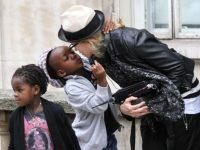 Мадонна удочерила девочек-близняшек в Малавии