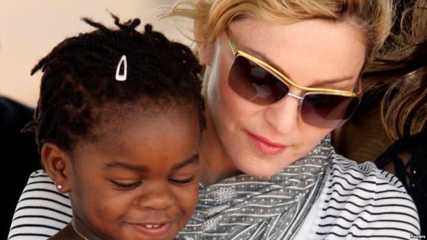 Мадонна удочерила двух девочек в Малавии
