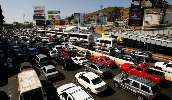 Мексиканские водители покупают бензин в Калифорнии