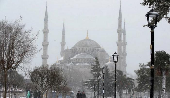 Метель в Стамбуле остановила транспорт и аэропорт