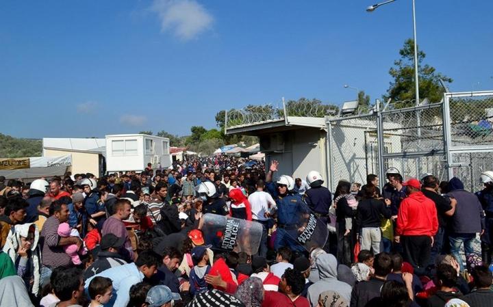 Миграционный кризис в Европе: иностранцы устроили погром в лагере для беженцев (видео)