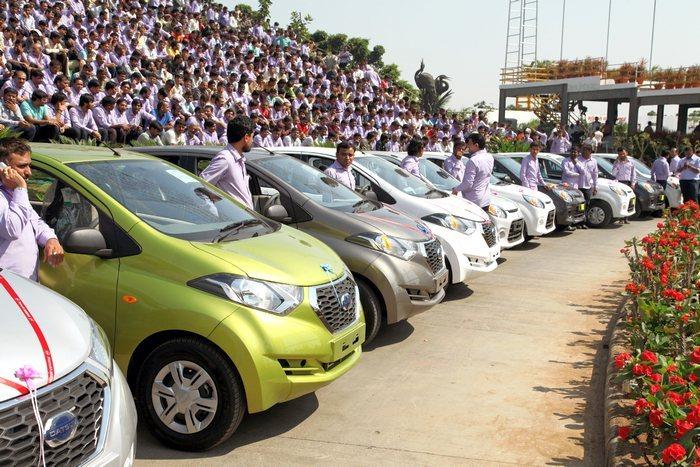 Миллиардер из Индии Савджи Дхолакия подарил работникам 1260 авто и 400 квартир