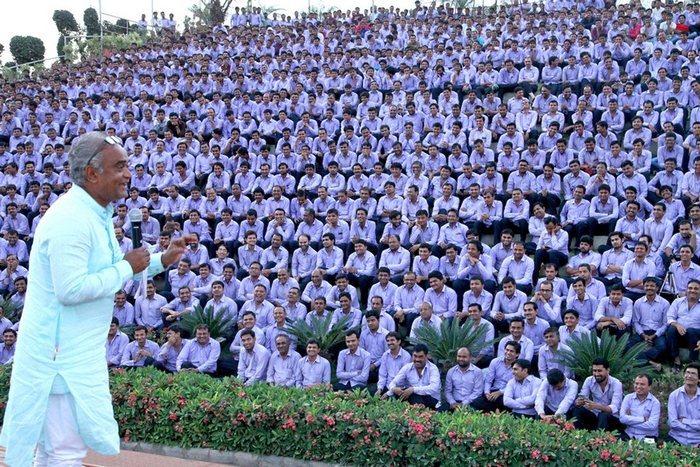 milliarder-iz-indii-savdzhi-dxolakiya-podaril-rabotnikam-1260-avto-i-400-kvartir1