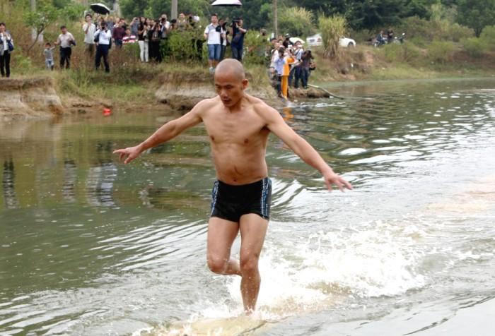 Монах Ши Лилянь из Шаолиня пробежал 125 метров по воде (видео)