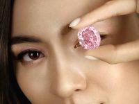 На аукционе Sotheby's продали самый крупный розовый бриллиант за 71,2 млн долларов (фото)