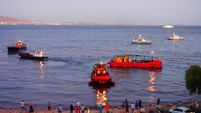 На греческом острове Саламин собирают разлившуюся нефть