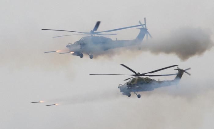 """На российских учениях """"Запад"""" вертолет обстрелял ракетами автомобили и людей"""