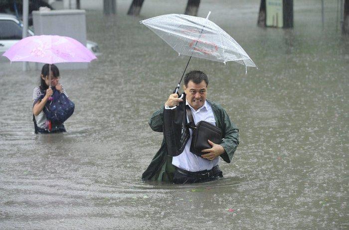 Наводнение в Китае: десятки погибших и пропавших без вести (фото)