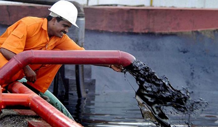 """Нефть скатывается на """"медвежий рынок"""" впервые с августа 2016 года"""