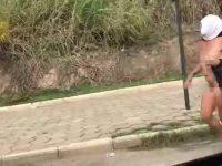 Обнаженная девушка прогулялась по бразильскому шоссе