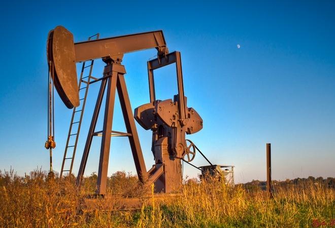 На фоне сильного доллара 10 мая нефть Brent торговалась ниже 44 долларов