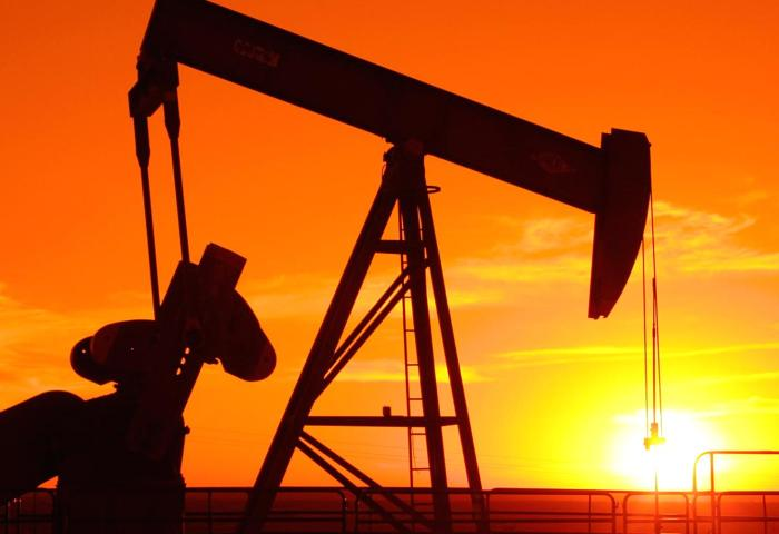 На фоне экономических проблем в Азии и укрепления доллара нефть Brent упала ниже 50 долларов