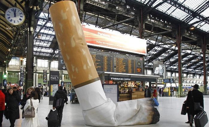 В Париже начали штрафовать курильщиков, бросающих окурки на улице
