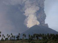 Остров Бали не могут покинуть 60 тысяч туристов