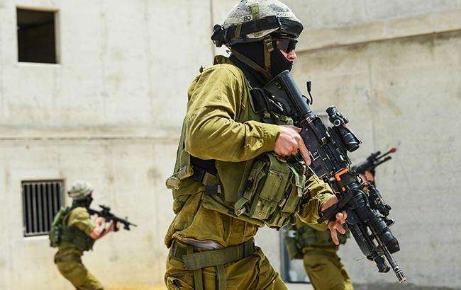 Пакистанец с двумя ножаминапал на израильских солдат