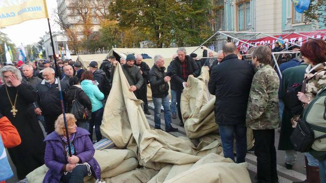 Палатки перед Верховной Радой сносить не будут, — Луценко