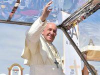 Папа Римский в Чили помог женщине упавшей с лошади