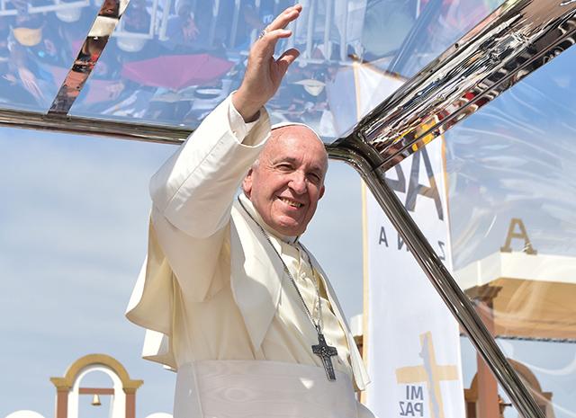 Папа Римский в Чили помог упавшей с лошади женщине