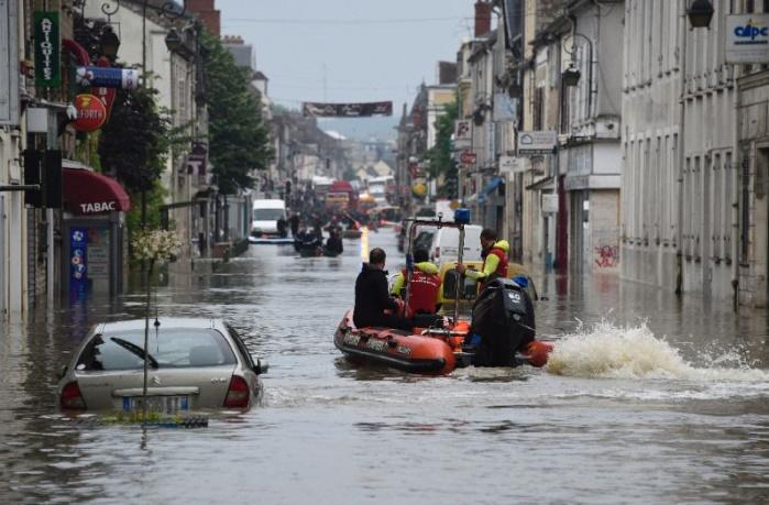 Париж на пике паводка атакует дождевой фронт