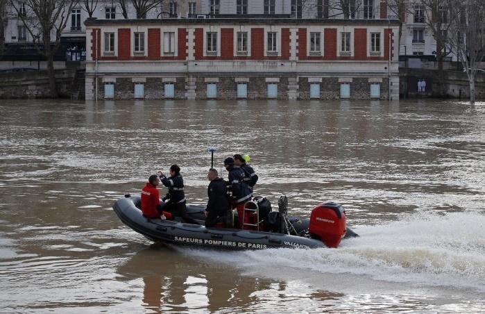 Париж затопило: проходит эвакуация, Лувр готовится вывозить ценности