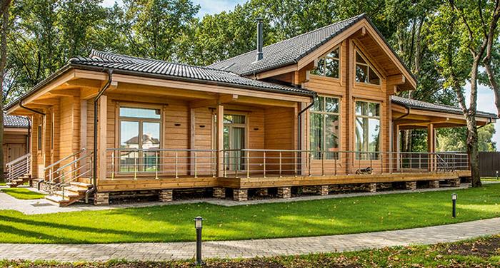 """Эксперты рассказали, как правильно подготовить деревянный дом для жизни.  Бревенчатый дом – экологичное и безопасное для здоровья жилье. Но чтобы оно стало таким по-настоящему, при возведении деревянного дома важно обеспечить его максимальную пожарную безопасность. Иначе говоря, позаботиться о специальной подготовке древесины, нормальной электропроводности и т.д.  Как правильно подготовить деревянный дом для жизни? Этот вопрос мы адресовали экспертам в области строительства и техническим специалистам по электропитанию. Внимательно прочитайте эту статью. Информацию, которую мы собрали для вас, обязательно пригодится, если вы решили строить такое жилье. Обработка бруса огнезащитным составом  Самый важный этап в строительстве дома из натурального дерева – обработка материалов специальными составами от вредителей, влажности и огня. Защита от возгорания – специальное средство, образующее на деревянной поверхности пленку. Во время контакта с огнем пленка распадается и вырабатывается инертный газ, который изолирует древесину от пламени, что почти полностью останавливает распространение пламени даже в сухом дереве.   По словам экспертов компании https://kedrhouse.com.ua/, которая занимается возведением домов из бруса, в бревенчатых домах в обязательном порядке необходимо провести обработку:      стропильной системы крыши;     бревен рядом с камином;     межэтажных балок перекрытий;     внутренних каркасных перегородок.   """"Основные стены дома таким составом лучше не покрывать. Он закрывает естественные поры древесины, и она перестает """"дышать"""". А этот фактор как раз и является основой стабильного микроклимата в деревянной постройке"""", - объяснили в строительной компании """"Кедр Хауз"""". Установка стабилизатора для электробезопасности  Частый фактор возгорания в домах - электропроводка. Короткое замыкание, искра от плохого контакта, расплавленный провод от высокой нагрузки, скачки напряжения в сети становятся причиной страшной трагедии, которая тем ужаснее, если дом построен из дер"""